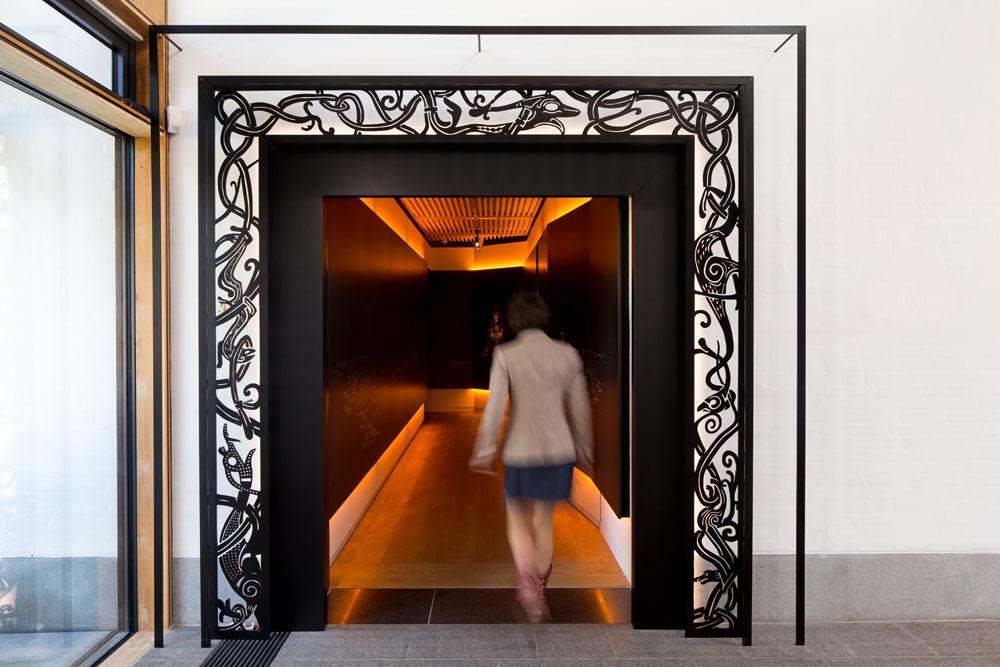 Eingangstor zur Dauerausstellung im Experience Center Royal Jelling in Dänemark, entstanden in Zusammenarbeit mit Art+Com sowie in Mitarbeit bei Bertron Schwarz Frey GmbH unter der Entwurfsleitung von Prof. Ulrich Schwarz