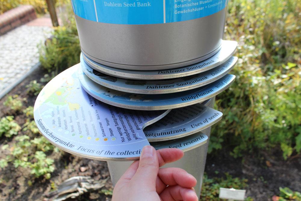Ausziehbare Infoscheiben integriert in Pylonen vor der Dahlem Seedbank im Botanischen Garten Berlin Dahlem