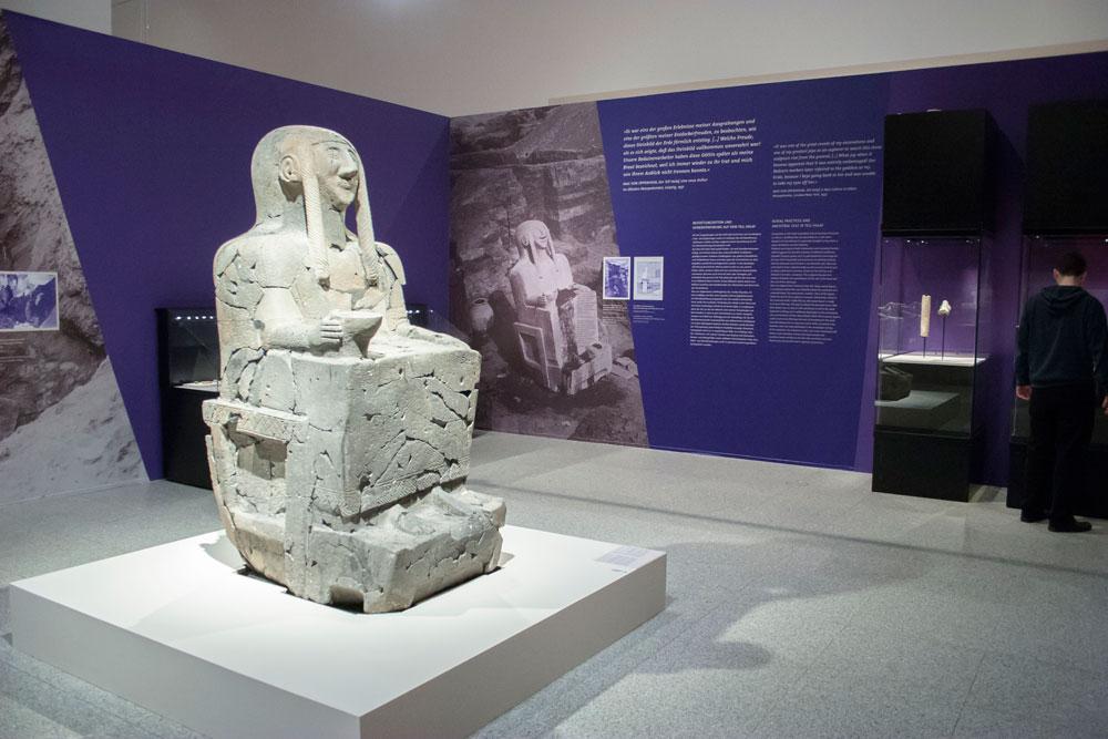 die thronende Göttin des Tell Halaf, zu sehen in der Ausstellung Abenteuer Orient, Bundeskunsthalle Bonn, 2014