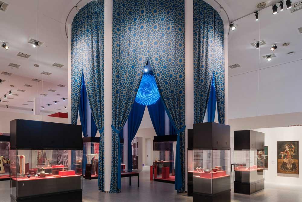 Beduinenzelt im Eingangsbereich der Ausstellung Abenteuer Orient in der Bundeskunsthalle Bonn 2014