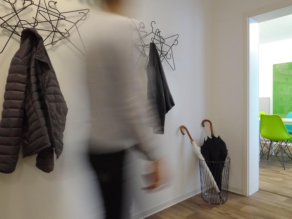 Flur mit Garderobe und Schirmständer in der Begegnungsstätte Charlottenstraße