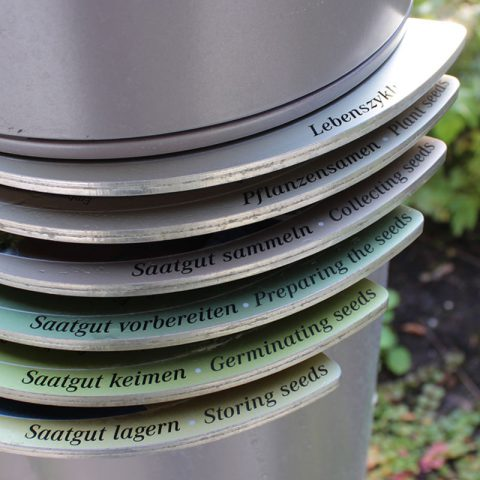 Pylonen vor der Dahlem Seed Bank im Botanischen Garten Berlin Dahlem