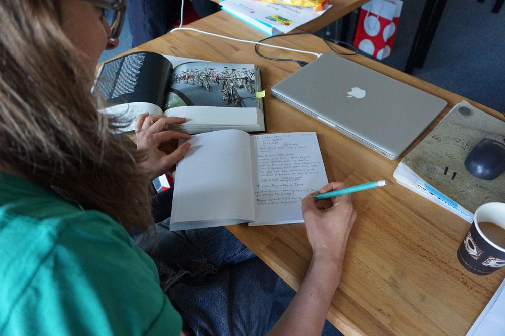 Workshop-Teinehmerin mit Skizzenbuch bei der Summer University der UdK Berlin